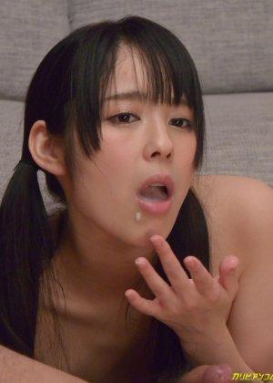 Азиатская телка ножками мастурбирует член своему парню а тот делает куник - фото 34