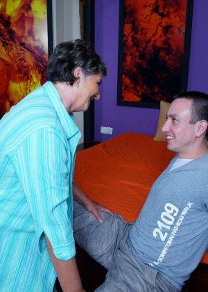 Женщина в почтенном возрасте соблазняет молодого мужчину и он устраивает ей хорошую еблю - фото 5