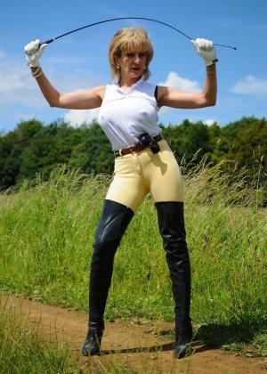 Леди Соня показывает свою задницу в облегающих брюках и поражает объемом груди - фото 2