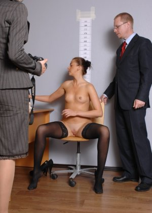Девушка оказывается в обществе развратной парочки, которая жаждет посмотреть на все ее достоинства - фото 3