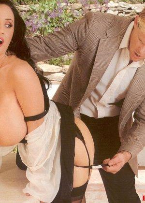 Брюнетка с огромной грудью соблазняет мужчину и он с большой страстью овладевает ее телом - фото 4