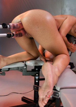 Брюнетка записалась на особые тренировки, там ей делают массаж вагины при помощи резинового члена - фото 6