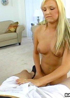 Блондинка раздевается перед мужчиной и он снимает на камеру, как она ласкает его член через одежду - фото 15