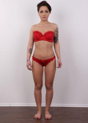 В чешском кастинге участвует девушка, которая демонстрирует свои татуировки на обнаженном теле - фото 6