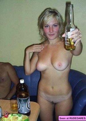 Пьяные голые девки позволяют мужикам лапать себя и сидят у них на коленях - фото 15