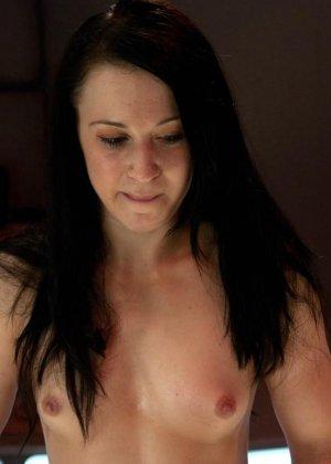 Красивая женщина ласкает свою промежность вибратором, пока муж разъезжает по командировкам - фото 24