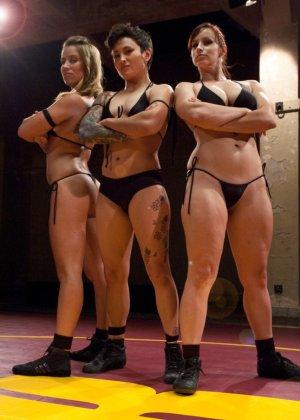 Горячие лесбиянки поборолись на ринге и потом поласкали друг дружке промежности - фото 2