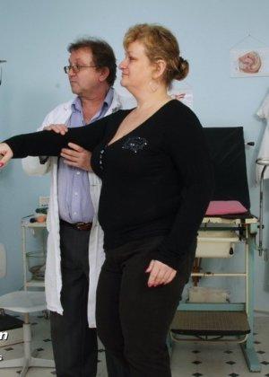 Врач со всех сторон осматривает зрелую пациентку, но больше всего внимания уделяет ее пизде - фото 1