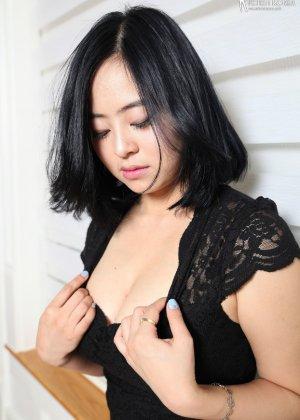 Красивая милашка азиатской внешности сбрасывает с себя лишнюю одежду и показывает грудь - фото 29