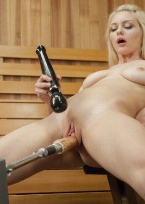 Развратная блондинка с удовольствием принимает в себя вибратор от секс-машины и балдеет от ощущений - фото 6