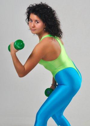 Симпатичные телки регулярно занимаются фитнесом, при этом они так сексуально выглядят в лосинах и обтягивающих спортивных костюмах - фото 8