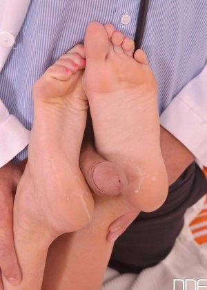 Шикарная молодая блондинка с натуральной грудью занимается сексом с доктором - фото 15