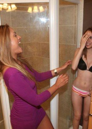 Две подружки делят между собой один член, но им нравится чувствовать себя желанными для одного - фото 2