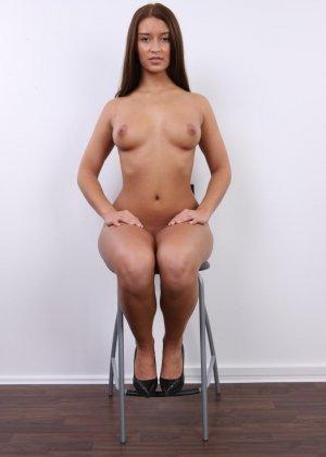 Аппетитная студентка попозировала совершенно голой для порно кастинга - фото 15