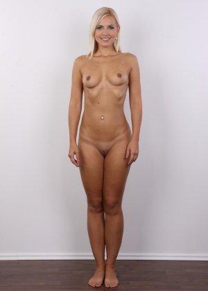 Блондинка с упругими сиськами сняла с себя всю одежду на порно кастинге - фото 11