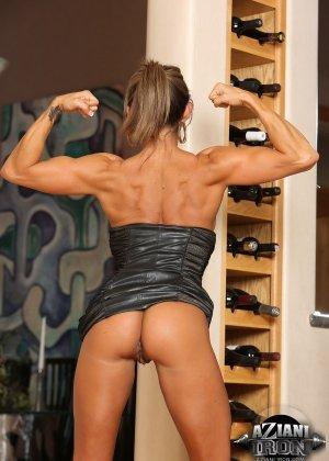Горячая штучка показывает свою отличную физическую подготовку - ее телу можно только позавидовать - фото 13
