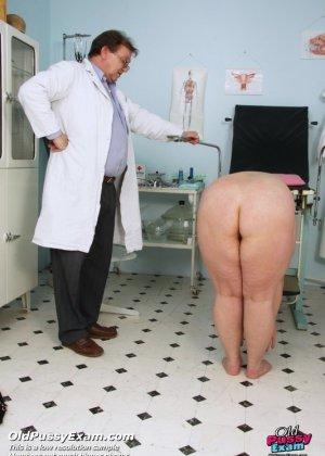 Врач со всех сторон осматривает зрелую пациентку, но больше всего внимания уделяет ее пизде - фото 2