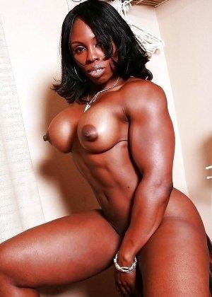 Черная женщина показывает, что занимаясь бодибилдингом можно добиться невероятных результатов - фото 11