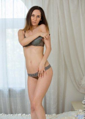 Стройная девушка показывает свое тело без одежды, чтобы у всех была возможность оценить ее - фото 5