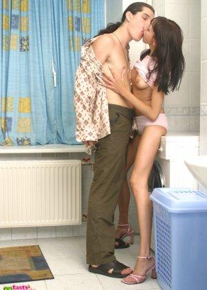 Парниша соблазняет девушку на секс и она дает ему обкончать все свое нежное личико - фото 5