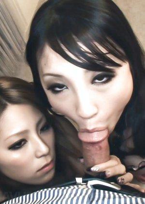 Две красивых молодых азиатки сосут член и помогают ручками - фото 23