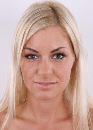 Блондинка с красивой пиздой показала свои достоинства на публику - фото 2