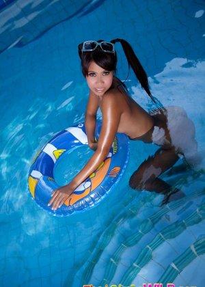 Азиатская девчонка с красивой попочкой сняла с себя купальник - фото 12