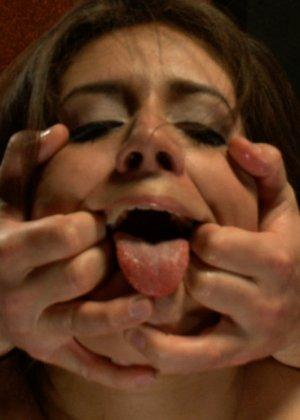 Тоненькая девка с маленькими сиськами согласилась на публичное БДСМ - фото 13