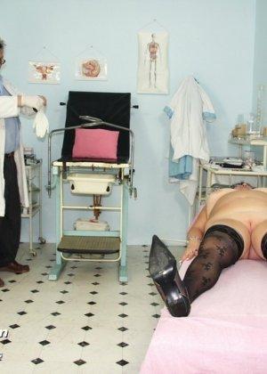 Зрелая женщина приходит на визит к гинекологу и она показывает ему все свои интимные части тела - фото 6