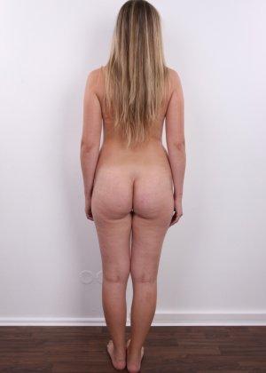 Девушка с хорошим телом показывает себя без одежды, участвуя в кастинге – все ее части тела очень соблазнительны - фото 14