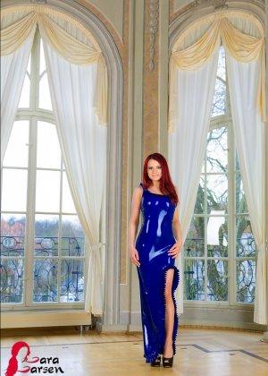 Лара Ларсен показывает себя, позируя в длинном синем платье и не снимает его, специально дразня - фото 12