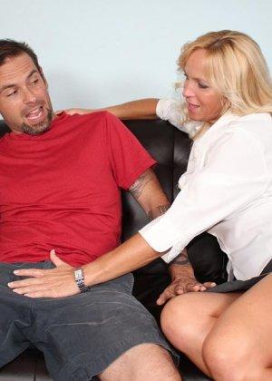 Опытная женщина знает, как доставить мужчине удовольствие одними только руками и применяет свои умения - фото 2
