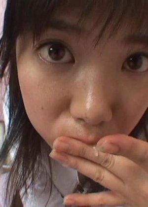 Миленькая азиатская девчонка очень нежно сосет и лижет крепкий пенис - фото 2