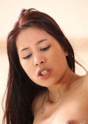 Молоденькая брюнетка доводит свою аккуратную киску до оргазма, а затем расслабленно ложится - фото 13