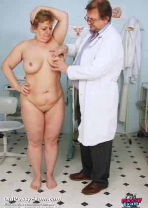 Женщина соглашается на полный осмотр – она готова раздвинуть ноги перед развратным доктором - фото 1