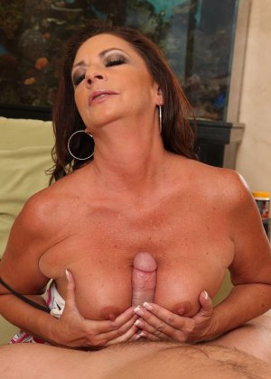 Зрелая брюнетка с большой грудью занимается сексом в любимых позах - фото 5