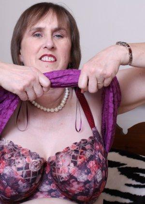Женщина в возрасте не стесняется своего тела, поэтому с удовольствием показывает себя - фото 12