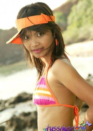 Красивая худая азиатка Тусине позирует полуголой - фото 3