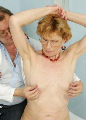 Зрелая Мила в очках расставляет ноги перед развратным доктором и разрешает ему рассмотреть себя всю - фото 4