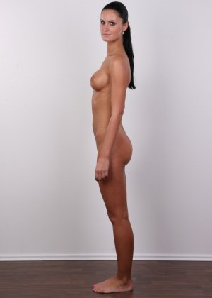 Брюнетка с потрясающими сиськами и бритой киской пришла на порно кастинг - фото 10