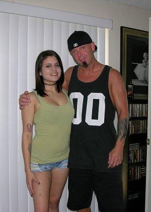 Девушка в татуировках ублажает мужчину, при этом используя только ручки - фото 10