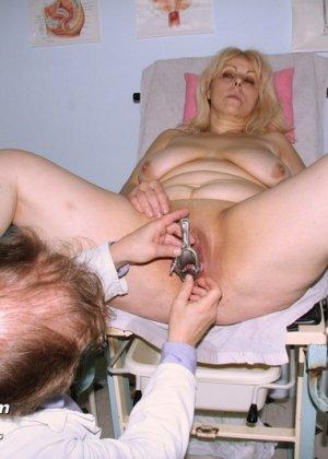 Женщина в зрелом возрасте приходит к гинекологу, чтобы подставить для осмотра свои отверстия - фото 14