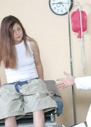 Женщина приходит на клизму и мужчина-врач с удовольствием вставляет трубочку в ее анус - фото 2