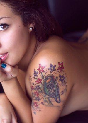 Грудастая красавица с пирсингом в носу соблазняет своми формами - фото 15