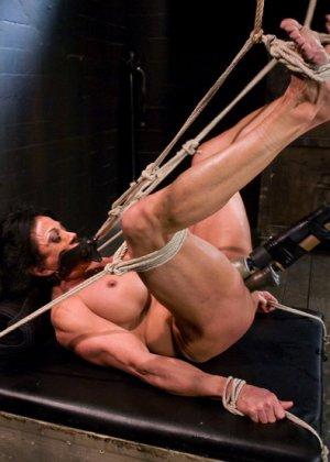 Для любителей мужеподобных женщин и собрана эта галерея - одна бодибилдерша выдерживает испытания - фото 12