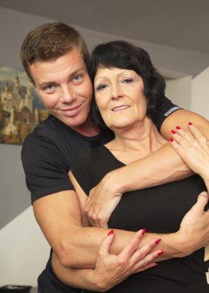 Молодой красавчик доставляет удовольствие зрелой женщине, даря ласке ее немолодой груди - фото 4
