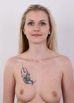 Послушная блонда в татушках вертится перед камерой, как этого от нее требуют - фото 7