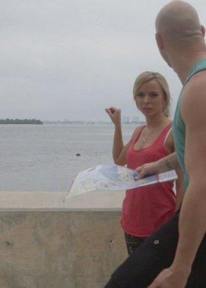 Предложив кругленькую сумму денежек блондинке парень всунул ей в рот хуй - фото 1