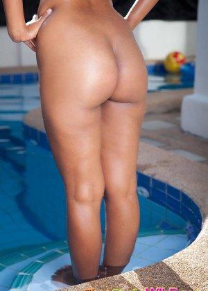 Азиатская девчонка с красивой попочкой сняла с себя купальник - фото 10