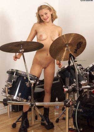 Молодая красотка играет на барабанах, а потом находит маленькую бутылочку и вставляет ее в себя - фото 7
